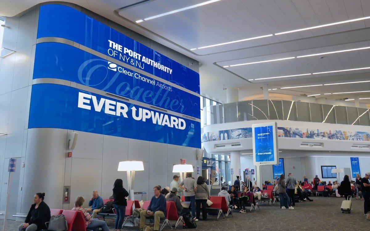 DooH am New Yorker Flughafen Newark (Foto: Clear Channel)