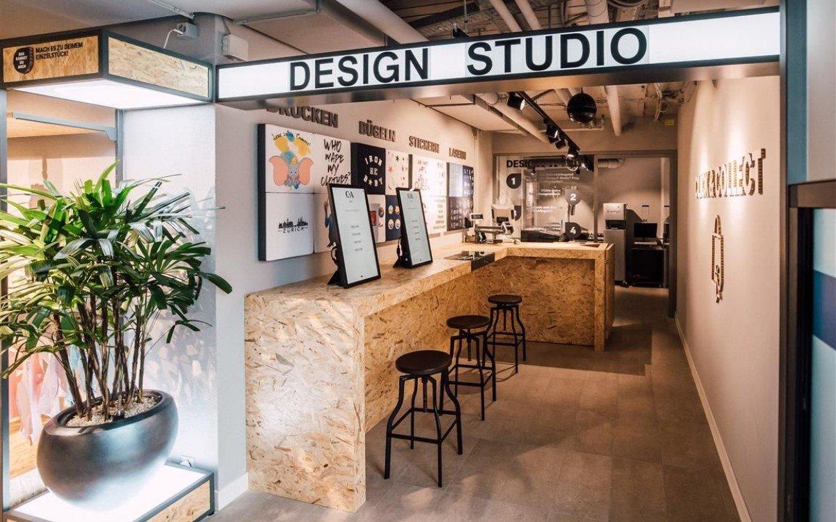 Im Design Studio können sich Kunden am Display ihr Wunsch-Outfit aus der Kollektion zusammenstellen (Foto: C&A)