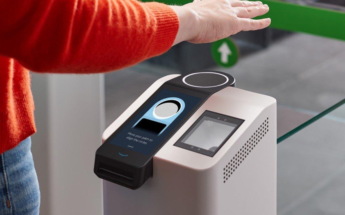 Identifizieren und Bezahlen – Amazon One erkennt Kunden via Handscan in Go-Stores (Foto: Amazon)