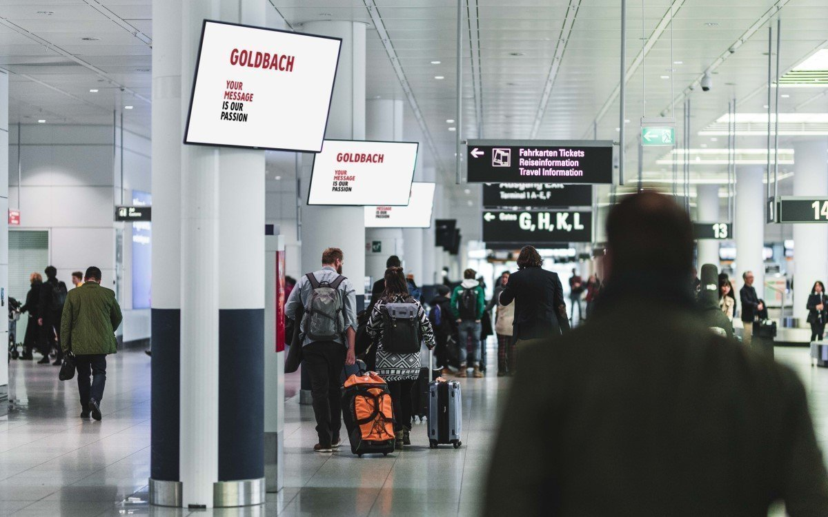 Goldbach DooH-Screens am Flughafen (Foto: Goldbach)