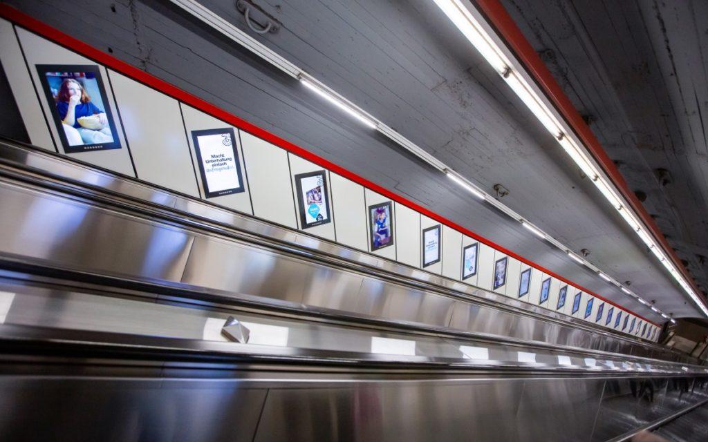 Drei wirbt auf den Gewista-Screens an Rolltreppen in Wiens U-Bahn – programmatisch gebucht über VIOOH (Foto: Gewista)