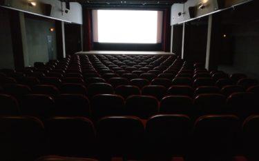 Leere Plätze, weiße Leinwand – Der Kinobranche fehlen Besucher und Blockbuster-Filme, um wieder auf einen grünen Zweig zu kommen (Foto: unsplash)