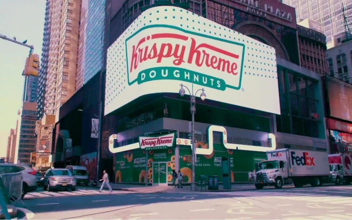 Der neue Krispy Kreme Flagship-Store am Times Square in NYC mit großer LED-Wall (Foto: Screenshot)