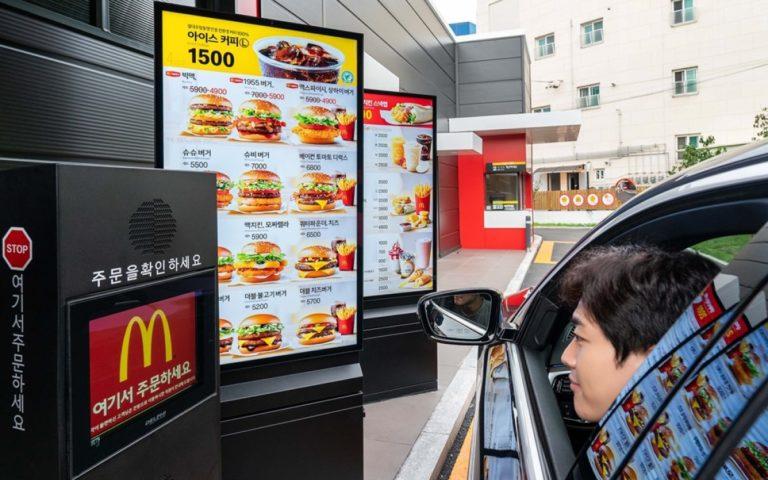 Seit Corona verschiebt sich der Kundenstrom von der Bestelltheke immer mehr zu Drive-Thru, wo Displays wie hier von Samsung bei McDonalds in Korea ihre Mehrwerte ausspielen (Foto: Samsung)