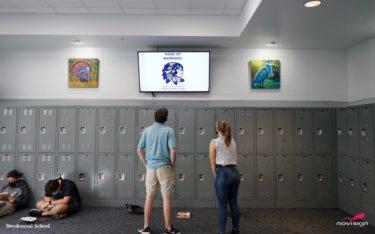 Display in der Brookwood School in Georgia mit Content über NoviSigns Digital Signage CMS (Foto: NoviSign)