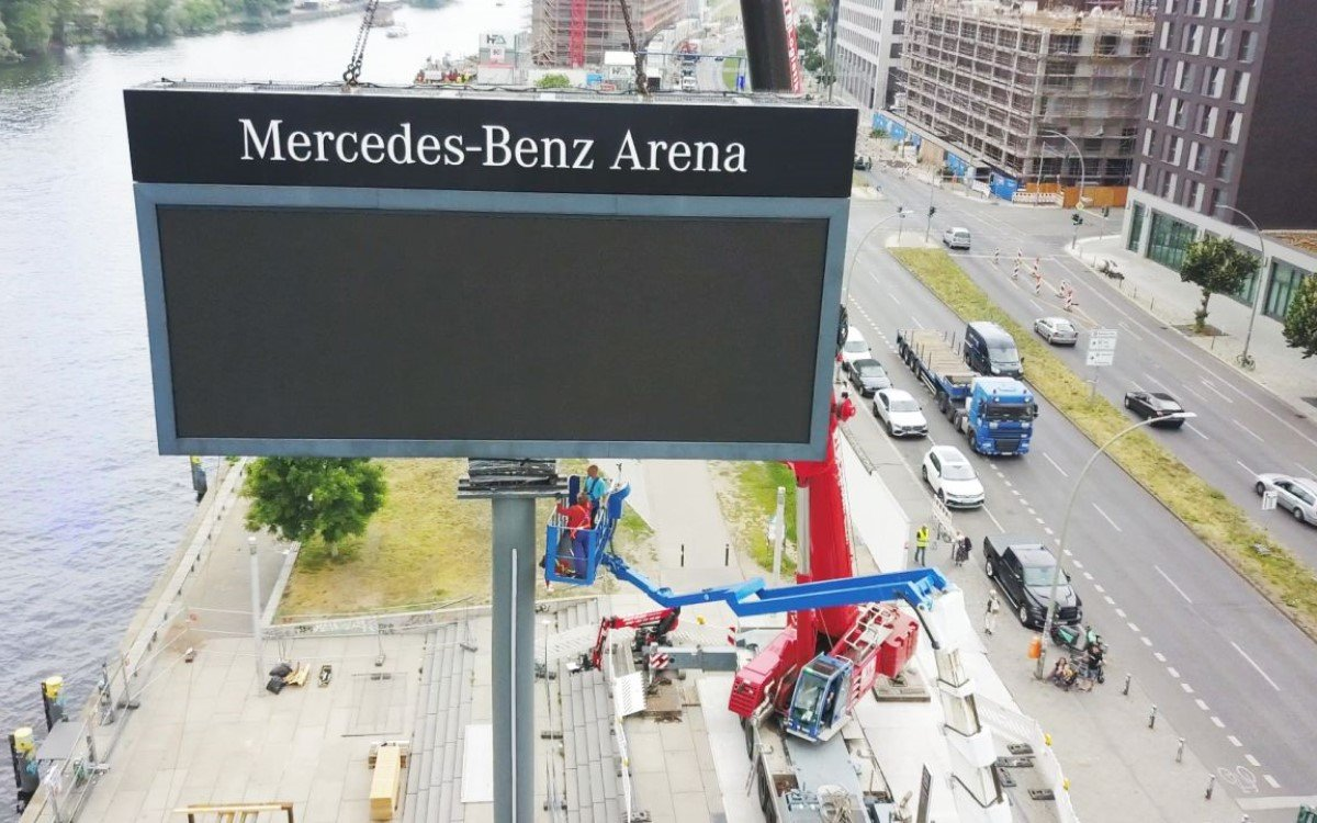 24 Tonnen LED Mega-Screen von Tennagels am Mercedes Platz Berlin (Foto: Unilumin)