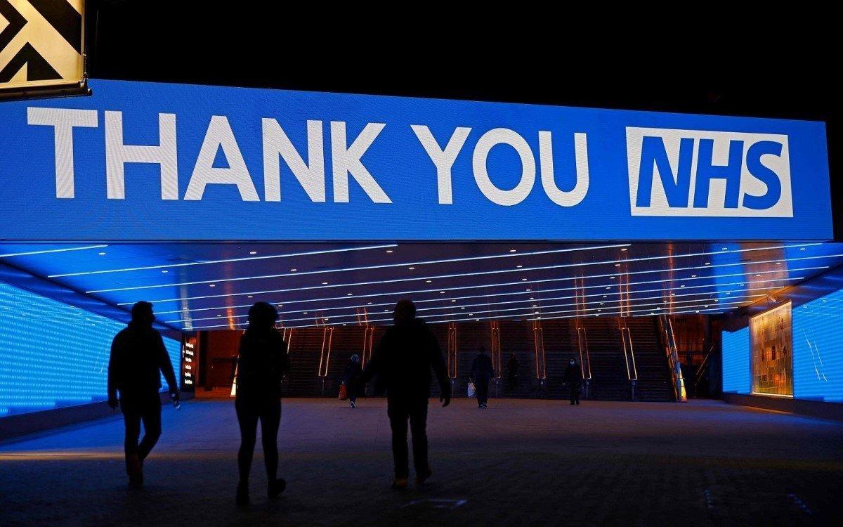 Die frisch digitalisierte Bobby-Moore-Brücke im Wembley Park mit LED von Absen dankt derzeit dem National Health Service für die Arbeit im Kampf gegen Corona (Foto: Absen)
