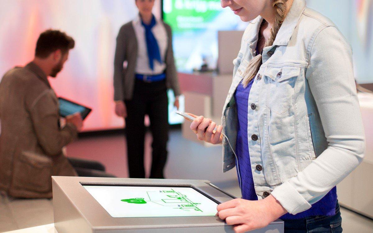Der KPN Store verfügt über intelligentes Wartemanagement-System, das sich über verschiedene digitale Touchpunkte von ZetaDisplay erstreckt (Foto: ZetaDisplay)
