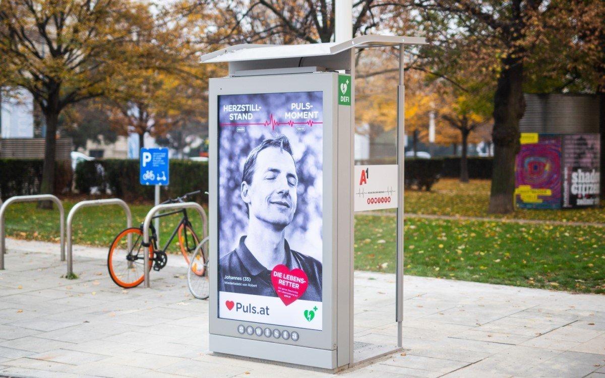 """Eine der 10 Gewista/A1 Telefonzellen mit eingebautem DEFI und digitalen City Lights, auf denen auch die aktuelle Defi-Kampagne """"Puls-Moment"""", kreiert von der Agentur Lumsden & Friends, läuft (Foto: Puls/H. Kellner)"""