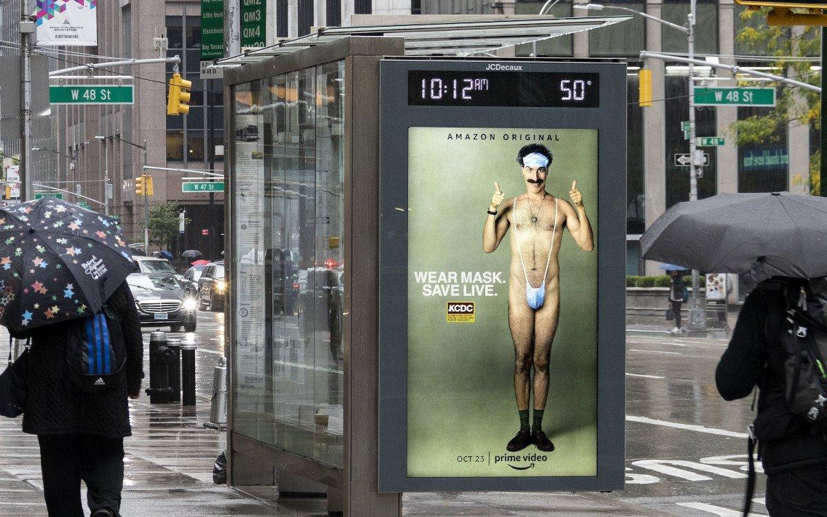 Amazon wirbt für Borat und Masken auf DooH-Screens in NYC (Foto: JCDecaux)