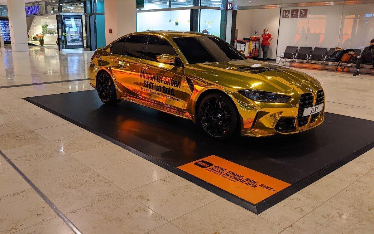 Sixt sorgt mit vergoldetem BMW für Aufmerksamkeit (Foto: invidis)