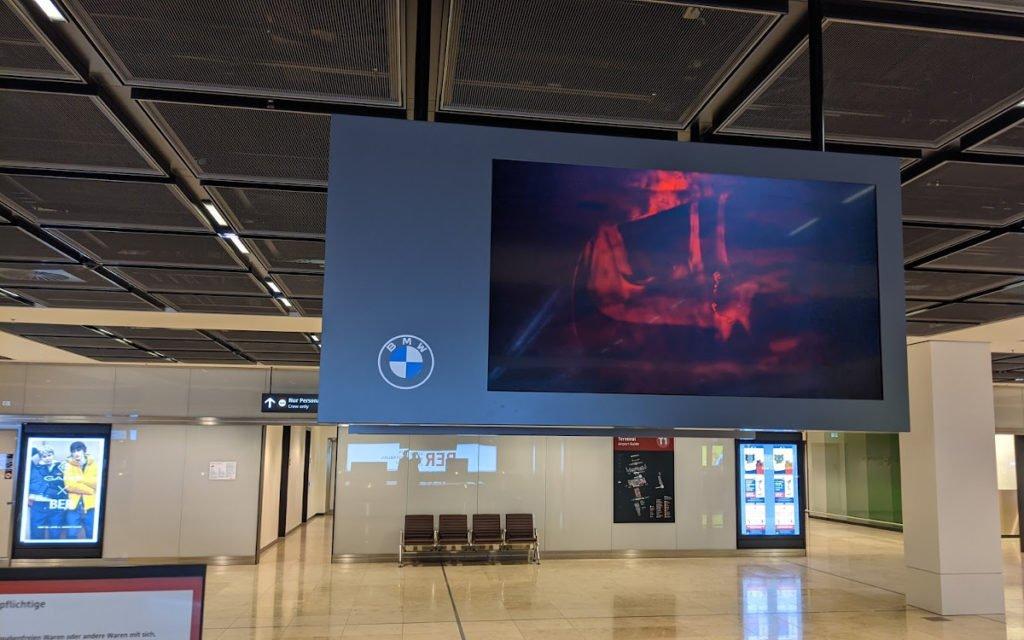 BMW-Netz an der Gepäckausgabe des BER (Foto: Invidis)