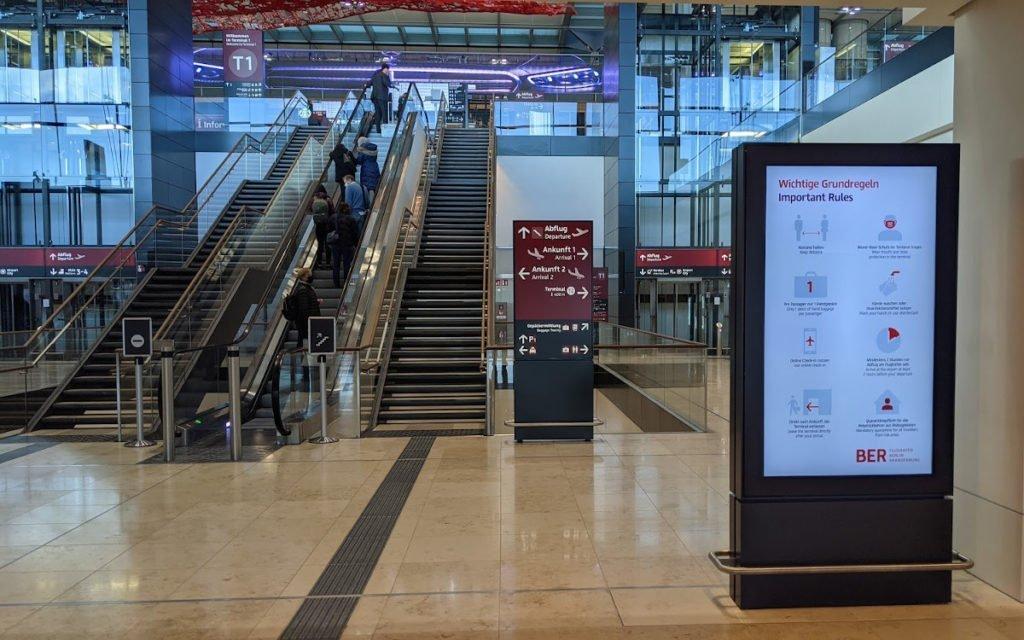 Digitales CLP am Aufgang zum Check-in (Foto: invidis)