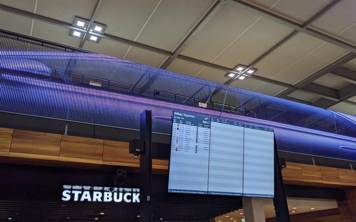 FIDS-Displays und Mercedes LED in der Check-in Halle (Foto: invidis)