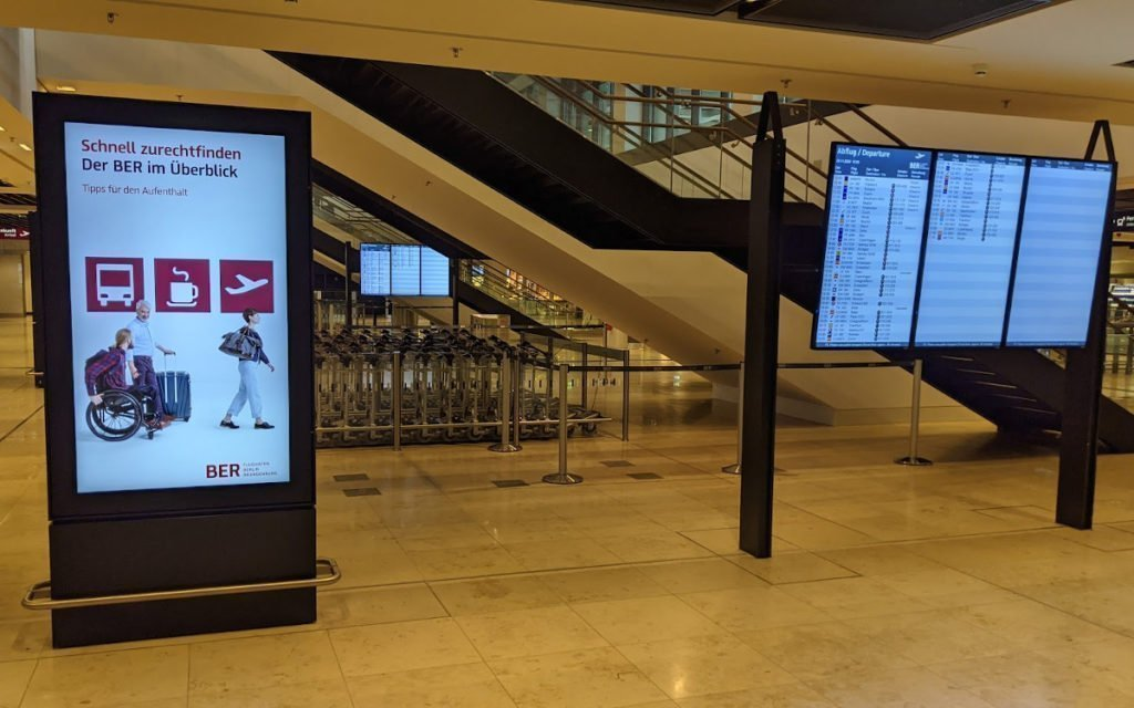 DooH trifft FIDS - Bahnhofsverteilerebene am BER (Foto: invidis)