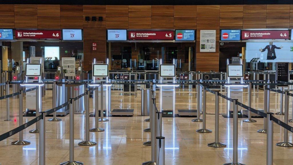 Von weitaus zu erkennen - neue Check-in Terminals am BER (Foto: invidis)