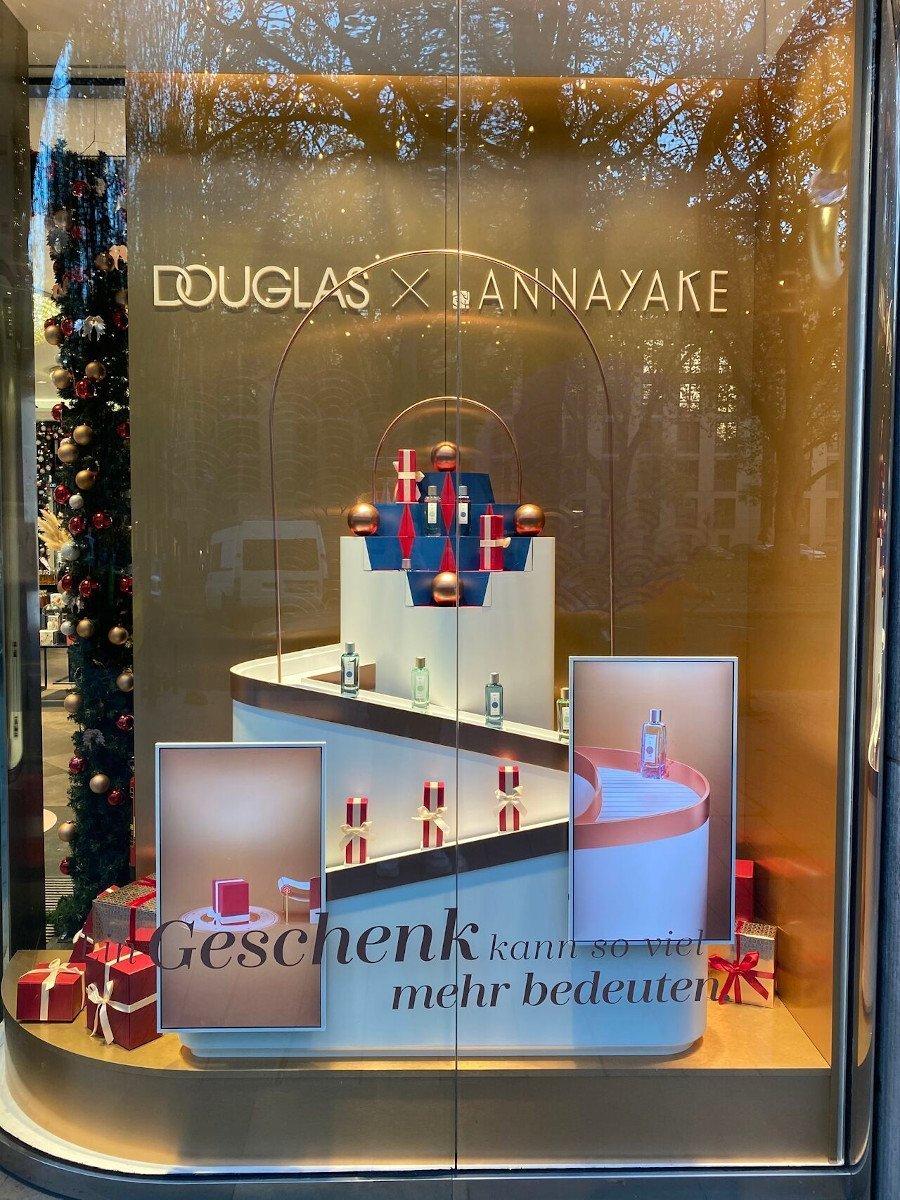 DouglasXAnnayake Schaufenster in Düsseldorf (Foto: Douglas)