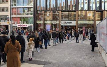Lange Schlangen in der Münchner Fußgängerzone (Foto: invidis)