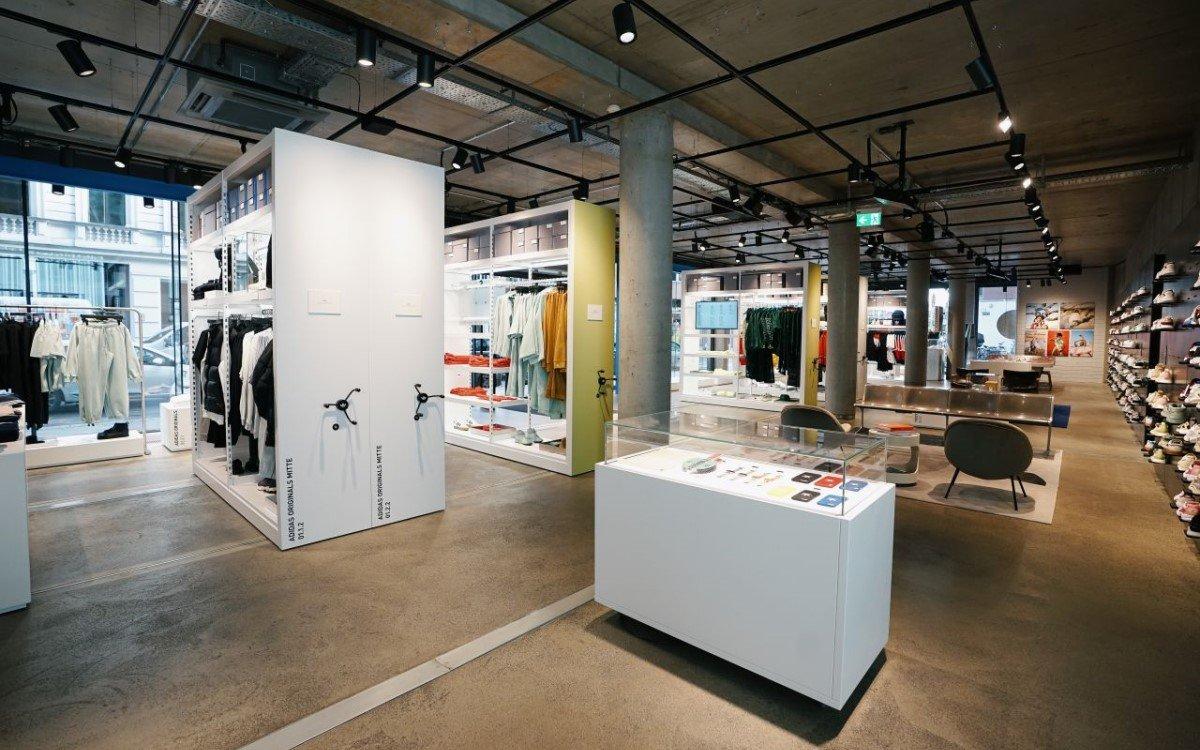 Der wiedereröffnete Adidas Originals Flagship Store in Berlin vereint Mode, urbane Kunst und digitales Storytelling zum Thema Nachhaltigkeit (Foto: Adidas)