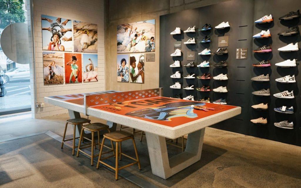 Praktische Kunst mit Spaßfaktor – Tischtennisplatte im Adidas Flagship Berlin (Foto: Adidas)