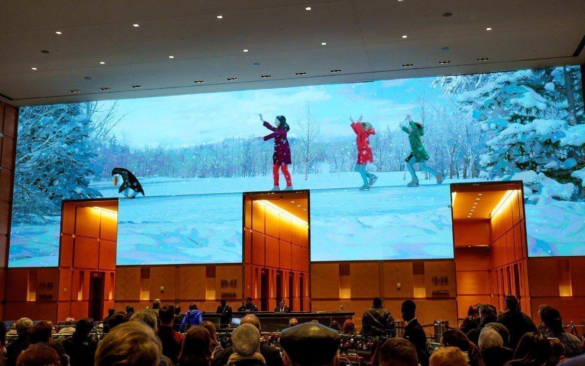 """Die """"Comcast Experience"""" am Hauptsitz in Philadelphia zieht zur Weihnachtszeit tausende Besucher in die Lobby des Unternehmens (Foto: J. Fusco für Visit Philadelphia)"""