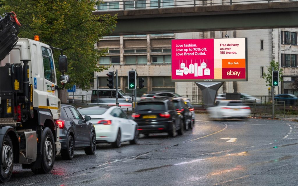 ebay Kampagne auf dem neuen Screen in Oceans XL-Netzwerk in der Downing Street in Manchester (Foto: Ocean Outdoor)