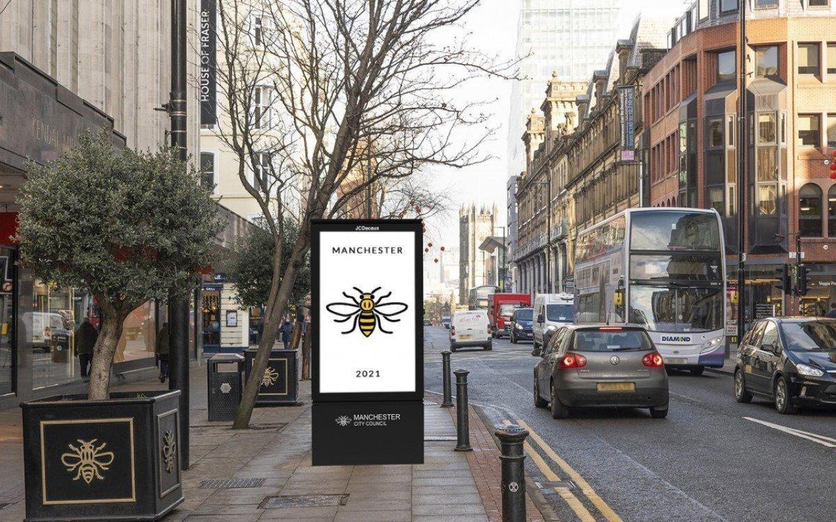 Insgesamt 86 neue Community Information Panels (CIPs) stellt JCDecaux UK in Manchester ab 2021 auf – mit Stadtrats Branding und der ikonischen Biene der Stadt (Foto: JCDecaux)