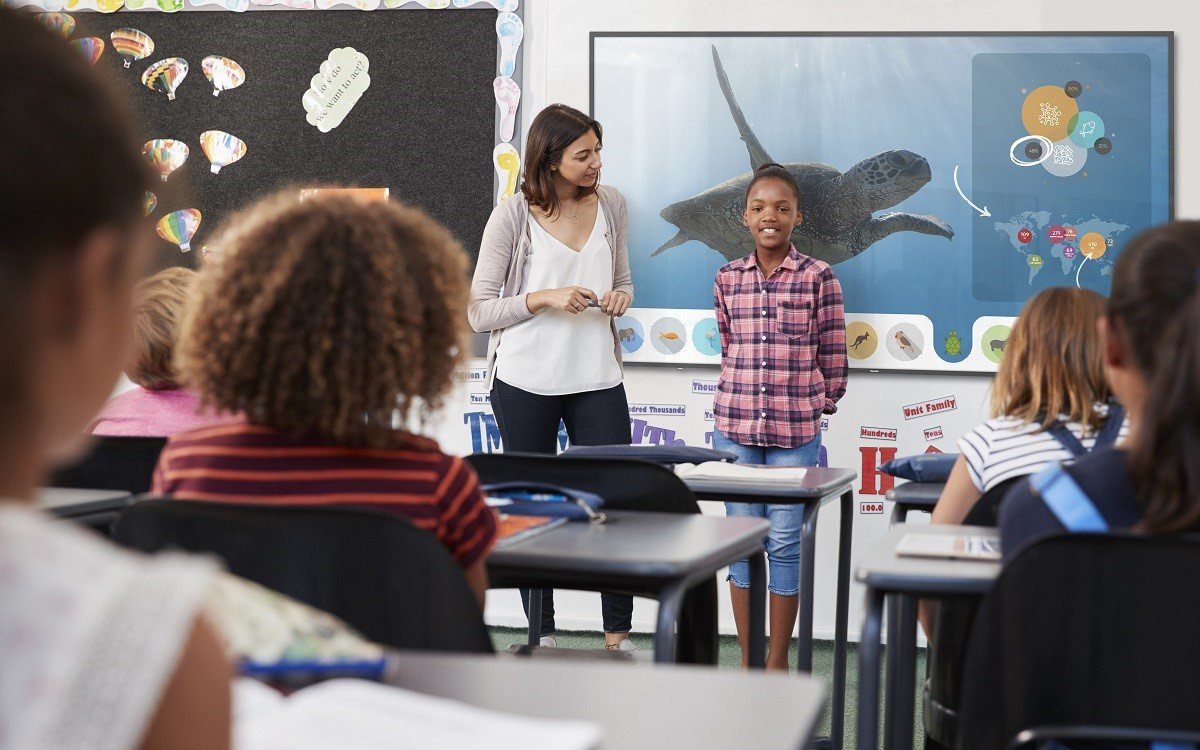 Die neuen interaktiven T-Line Displays von Philips PDS unterstützen Schulen beim digitalen Lernen (Foto: Philips PDS)