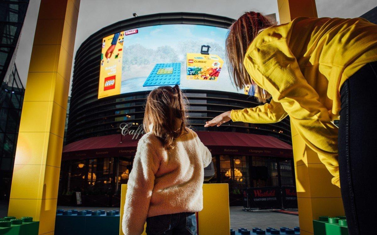 Gamification mit Gestensteuerung auf DooH – Ocean machte seinen Screen am Westfield Stratford zum virtuellen Lego-Baukasten (Foto: Ocean Outdoor)