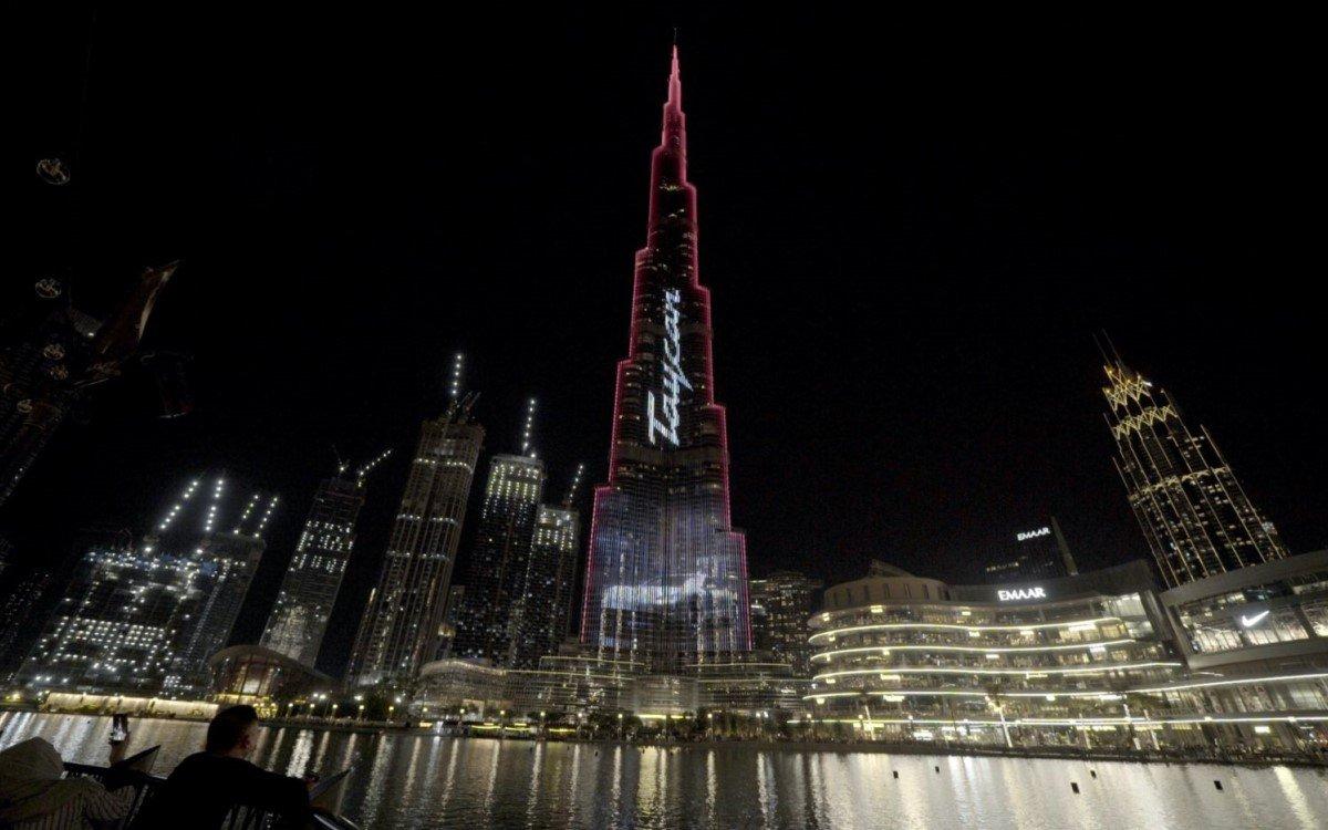 Porsche wirbt für seinen neuen Taycan auf der größten LED-Fassade der Welt am Burj Khalifa in Dubai (Foto: Porsche)