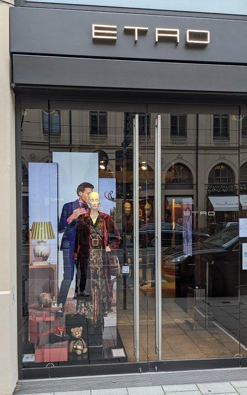 Etro Schaufenster mit Stretched Displays (Foto: invidis)