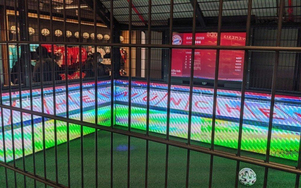 Football-Cage mit LED-Bande (Foto: invidis)