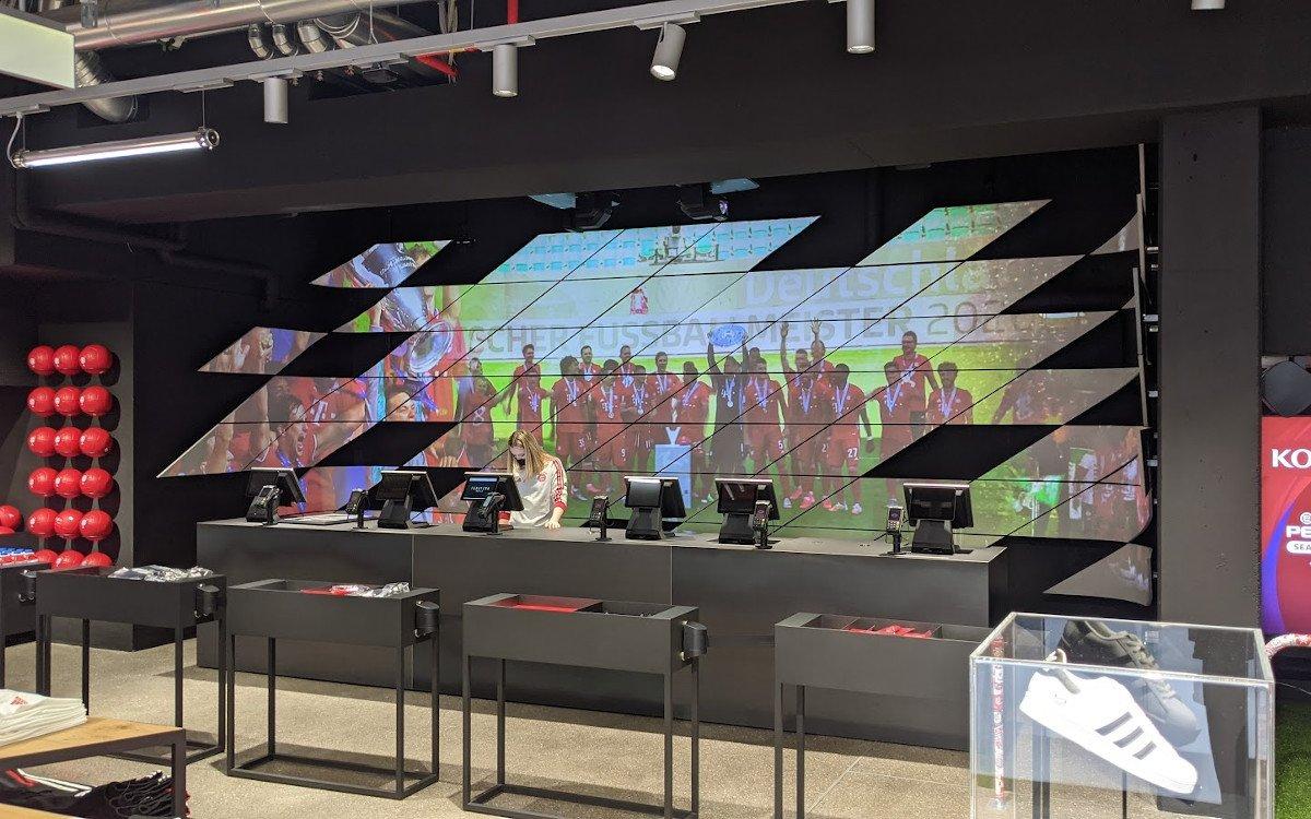 Projektion auf die Stadion-Fassade im Kassenbereich (Foto: invidis)