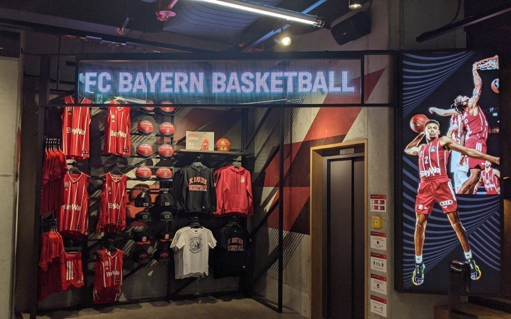 Transparente LED im Basketball-Bereich (Foto: invidis)