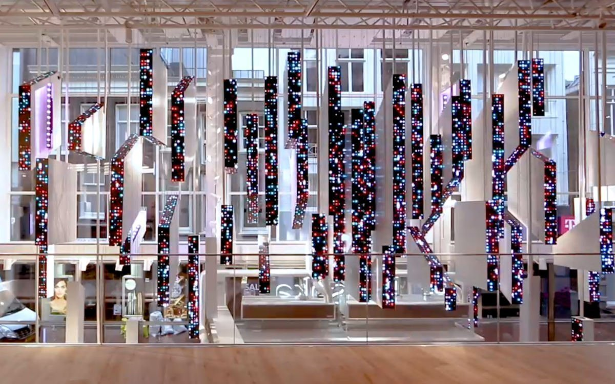 Digitales Kunstwerk im Bershka Flagship in Amsterdam (Foto: instronic)