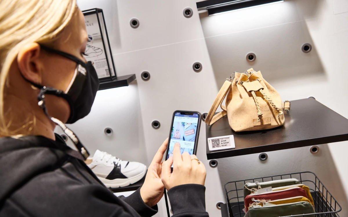 Kunden können im Blaenk-Store auch digital Shoppen und etwa Produktinfos via QR-Code-Scan einsehen (Foto: Blaenk)
