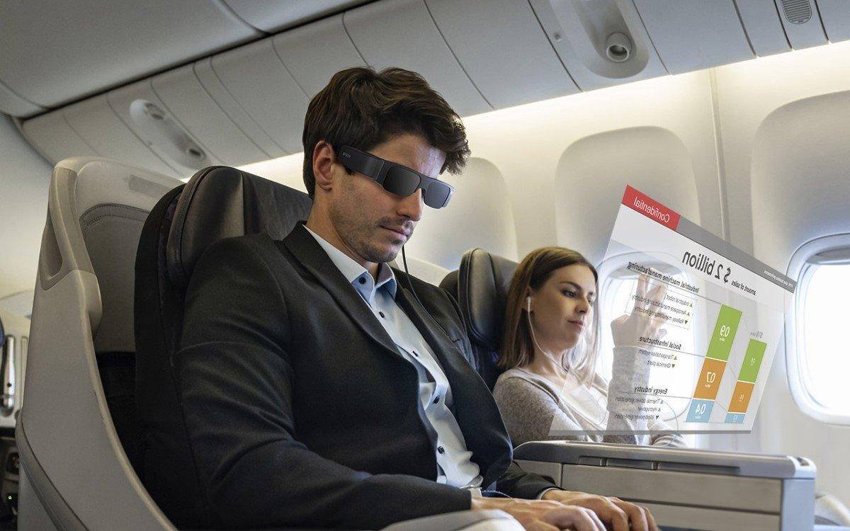 Inhalte sehen nur die Träger der Epson Moverio Smart-Glasses der vierten Generation (Foto: Epson)
