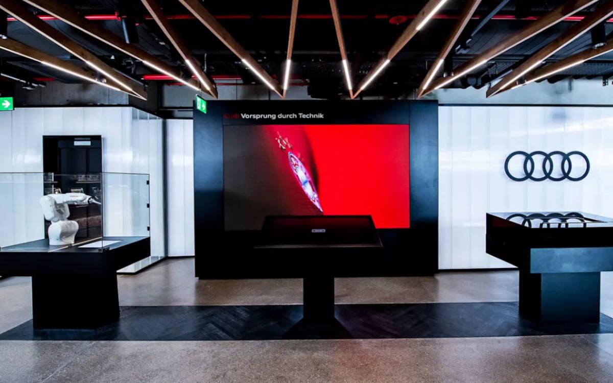 An einer Video-Wall im OG kann der eigene Traum Audi erstellt und virtuell probegefahren werden (Foto: FC Bayern)