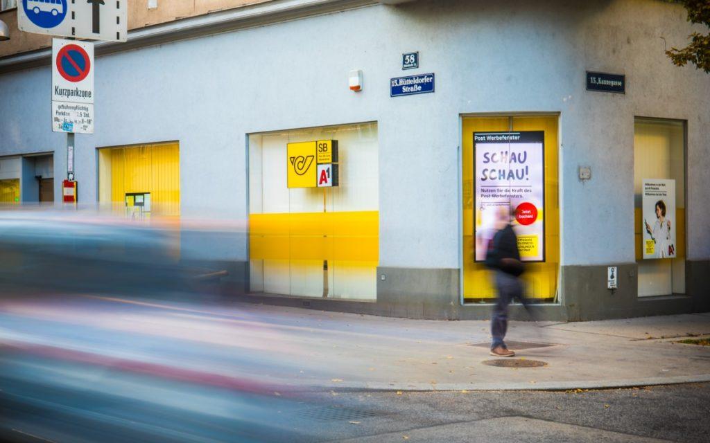 """Das """"Post Werbefenster"""" startet als neues DooH Netzwerk in Wien (Foto: Österreichischen Post)"""