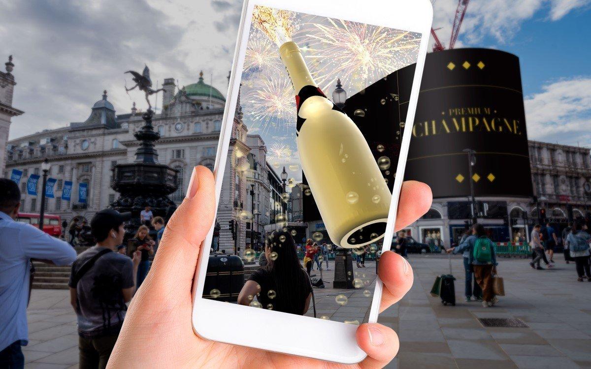 Korken knallen mittels AR – Ocean Outdoor und Darabase bringen neue interaktive Technologie auf den ikonischen Piccadilly Lights (Foto: Ocean)