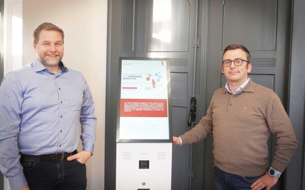 """eKiosk etabliert seine neue Marke """"redpengoo"""" für den digitalen Check-In, im Bild Head of Sales Uwe Schröder und CEO Thomas Sepp (Foto: eKiosk)"""