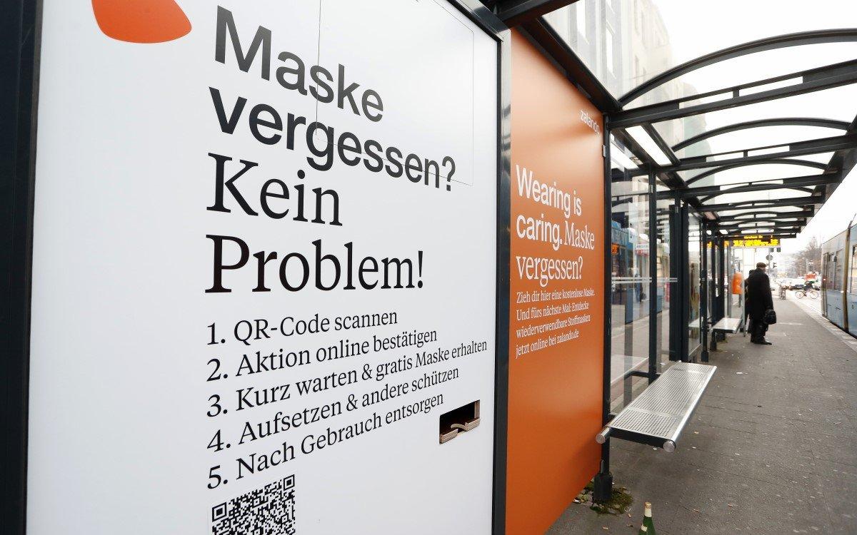 Kreative OoH-Kampagne: Zalando und WallDecaux verteilten in Berlin eine Woche lang kostenlose Masken an City-Lights (Foto: WallDecaux)