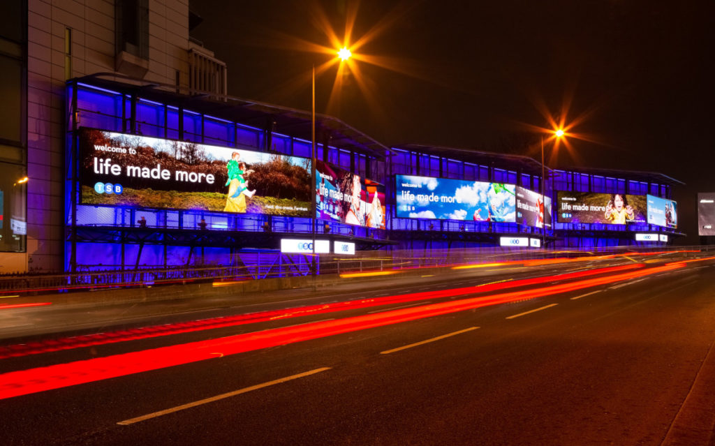 Mehr Wirkung mit Licht - LED ergänzt Out-of-Home (Foto: Kinetic)
