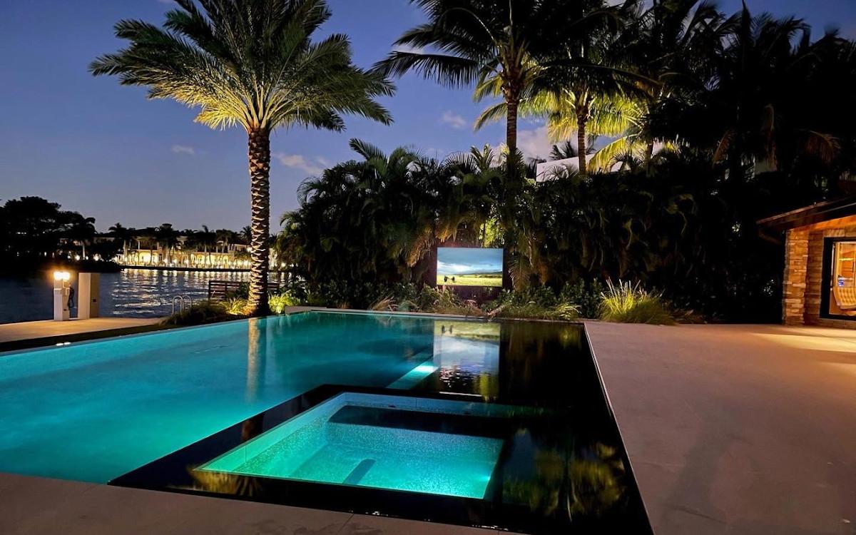 """Peerless 86"""" UltraView am Pool in Florida (Foto: Peerless)"""