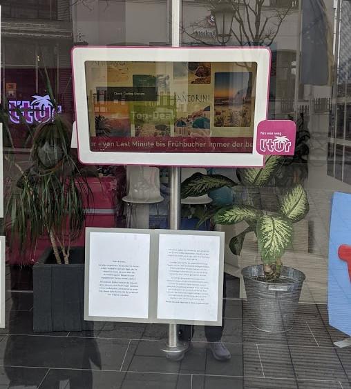 """Samsung 32"""" Dinosaurier im Schaufenster (Foto: invidis)"""