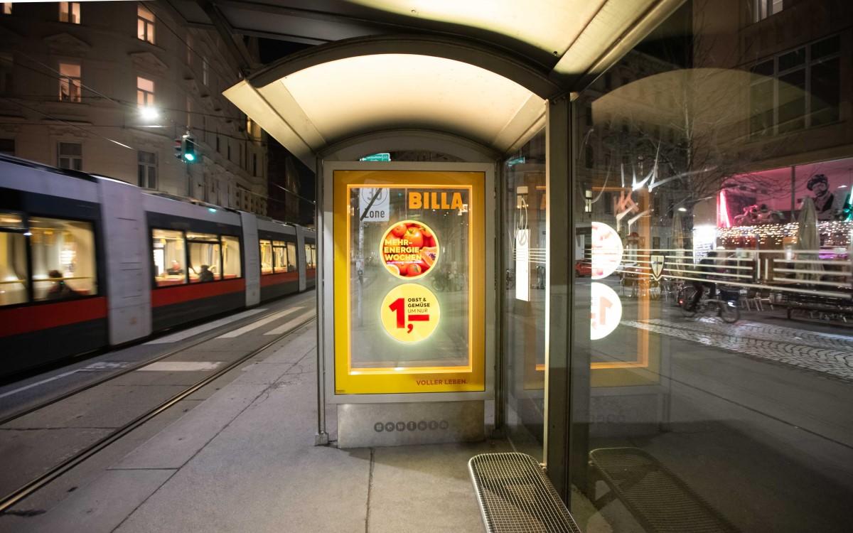 Billa Kampagne in Wien: bewegte Lichtmalerei mit HoloCIRCLE-Technologie in City Lights der Gewista (Foto: Gewista)