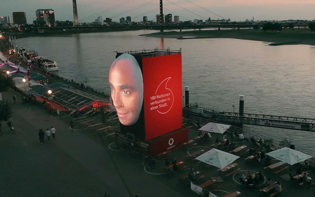Faces of Düsseldorf: Eine Kunstinstallation zeigt die Vielfalt der Stadt (Foto: Vodafone)