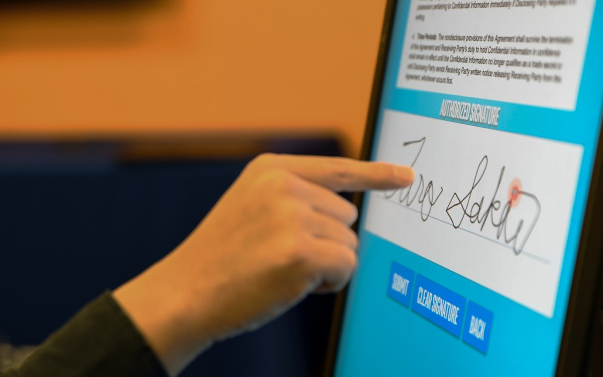 Touchdisplay steuern ohne Touch – Intels neue Touchless Control Software TCS machts möglich (Foto: Intel Corporation)