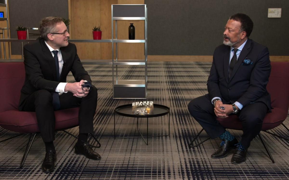 Mike Blackman (r.) im Interview mit Florian Rotberg zum Stand der ISE 2021 (Foto: invidis)
