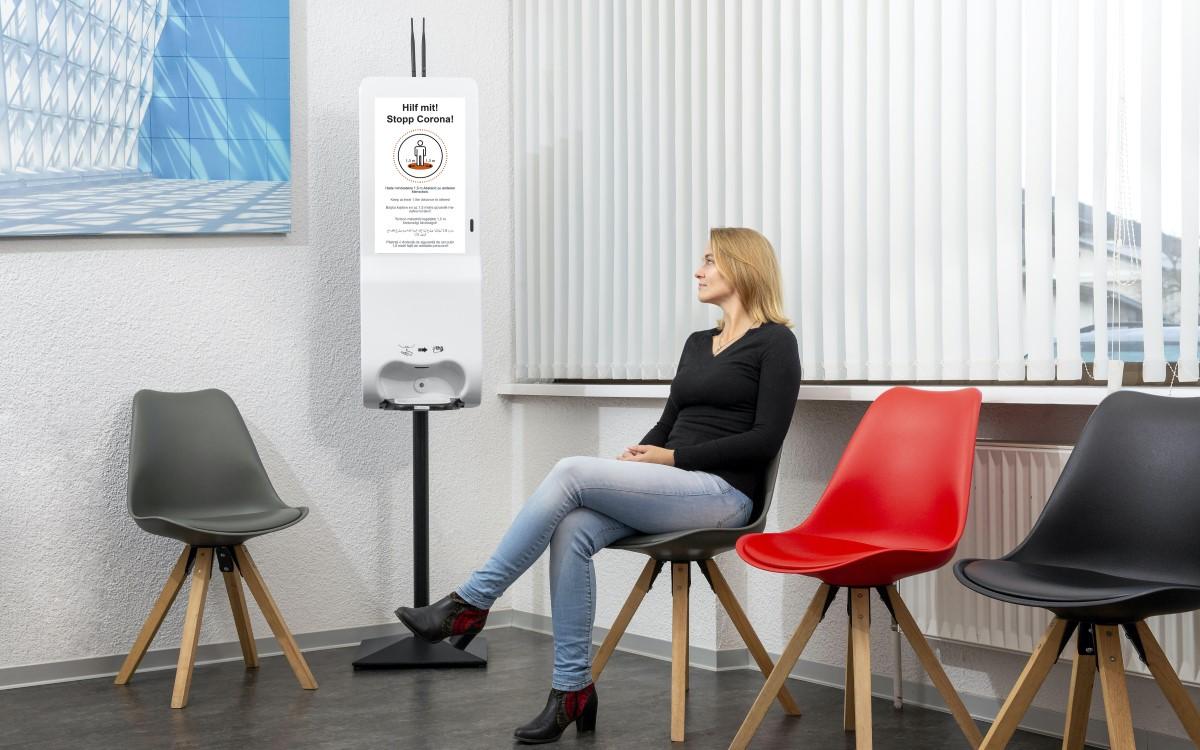 IDS-Sanitizer mit eingebautem Display in einem Wartezimmer (Foto: Dieter Kuehl - DK-Fotografie)